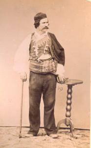 Fotografije nošnji. Dalmatinac, Metković ili Sinj; i na sl. 55386.