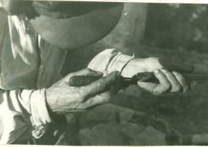 Ante Peteh izrađuje sviralu