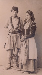 Fotografije nošnji. Crnogorci, seljaci; žena i na sl. 55218.