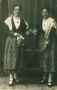 Luca Kirac rođ. Privrat 1904. i Mara Lazarić rođ. Mihaljević 1900. u starinskoj nošnji