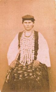 Fotografije nošnji. Dalmatinka iz Vrlike; i  na sl. 55399.