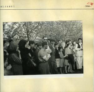 Narodne pjesme iz Bošnjaka i Nijemaca, 1960. i 1962: Seljaci promatraju izvođenje plesa