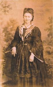 Fotografije nošnji. Dalmatinka, građanka (Kaštela, Split, Dubrovnik?); i na sl. 55420.