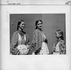 Tri djevojke u narodnim nošnjama