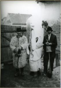 Poklade. Pokladne maškare. Medo, Ciganica sa bebom i Cigan.Folklorna građa Otoka i Nijemaca, 1965.