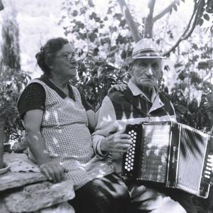 Folklorna glazba otoka Brača, 1969. Pjevač i svirač Ante Jugović (1879) i Momolina Jugović, r. Brešković (1899).