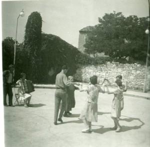 Plesanje, sviranje i pjevanje kod Talijana u Istri u kolovozu 1960. Narodni ples
