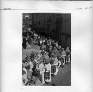 Seljakinje u procesiji pred crkvom.