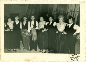 Grupa plesača i narodni svirači