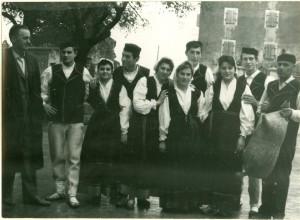 Grupa plesača u narodnim nošnjama