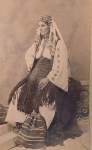 Fotografije nošnji. Crnogorka. Seljanka iz kotorskog zaleđa; i na slici 55206, 55217, 55225, 55226, 55229.