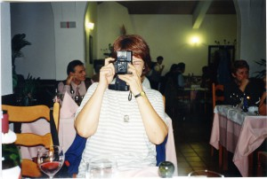 Gdje počinje Mediteran? Mediteranska antropologija iz  lokalnih perspektiva. Zagreb - Krk, 8.-11.10.1998.  Izlet na otok Krk, 10.-11.10. U restoranu; Grozdana Marošević fotografira.