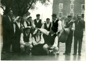 Grupa omladinaca, članova Ogranka seljačke sloge, u narodnim nošnjama, prije plesa