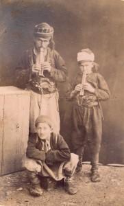 Fotografije nošnji. Hercegovci, seoski glazbenici; i na sl. 55517.