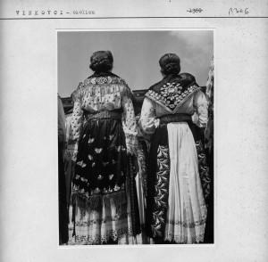 Dvije djevojke u narodnim nošnjama.