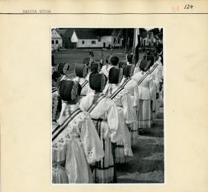 Seljakinje u narodnoj nošnji. Fotografirano straga.