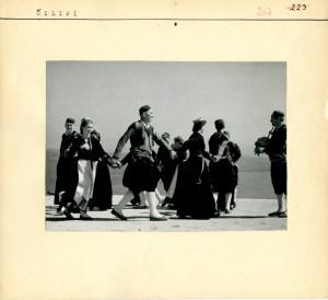 Seljaci plešu narodni ples