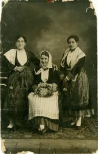 Tri žene u starinskim nošnjama