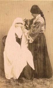 Fotografije nošnji. Hercegovke, lijevo muslimanka sa