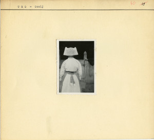 Žena s rogima i jalbom s leđa.