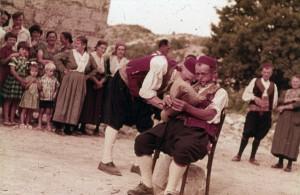 Kolo poskočica iz Osojnika, 1963. Svirač.