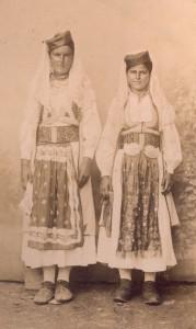 Fotografije nošnji. Crnogorke; desna sama i na sl. 55276