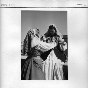Dvije žene u narodnim nošnjama.