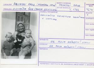 Folklorna građa hrvatskih sela u Slovačkoj; Devinska Nova Ves, 1966.: Kazivačica Celestina Kovačikova  s unucima.