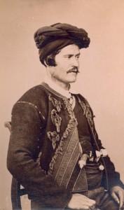 Fotografije nošnji. Dalmatinac, okolica Knina ili Imotskog, i na sl. 55467.
