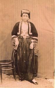 Fotografije nošnji. Hercegovka, muslimanka; i na sl. 55518 s djevojčicom.