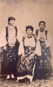 Fotografije nošnji. Dalmatinke iz Vrlike; i na sl. 55395 i 55399; lijeva sama na sl. 55431.