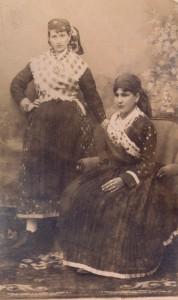 Fotografije nošnji. Žene iz Župe dubrovačke, i na sl. 55416.