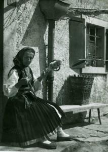 Žena u narodnoj nošnji, prede
