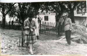 Aleksandra (Saša) Muraj prilikom terenskog istraživanja na Kordunu, Sjeničak 1962.