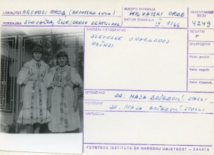 Folklorna građa hrvatskih sela u Slovačkoj; Devinska Nova Ves, 1966.: Djevojke u narodnoj nošnji.