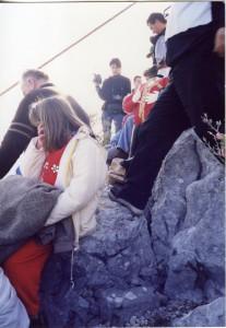 Lastovo - poklade. Na vrhu brijega uza, Poklad, Sanja Puljar, djeca pokladari i publika.