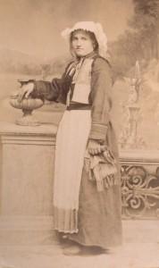 Fotografije nošnji. Žena iz Konavala; i na sl. 55422.