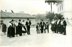 Grupa plesača, pjevača i svirača
