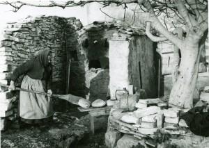 Starica vadi kruh iz krušne peći