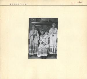 Žena s djetetom i dvije djevojke u narodnoj nošnji.