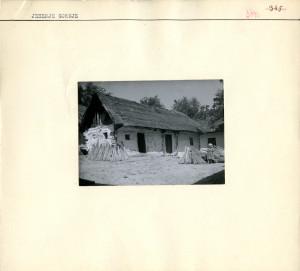 """Kuća (navodno najstarija u selu). Brvnara, """"hrvatski"""" ugao, 26.8.1941."""