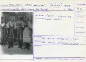 Folklorna građa hrvatskih sela u Slovačkoj; Devinska Nova Ves, 1966.: Mlade žene i djevojka u narodnoj nošnji.