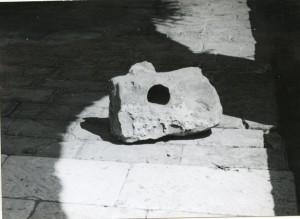 Narodne pripovijetke, predaje i pjesme s otoka Hvara, sv. 1-2, 1965, 1966.: Etnografska zbirka u Hektorovićevu tvrdlju. Kamen od uroka
