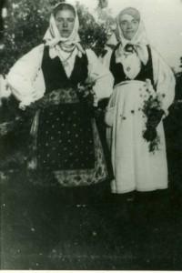 Dvije djevojke u narodnim nošnjama