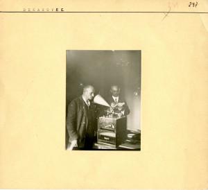 Florijan Andrašec i Vinko Žganec na fonografu.