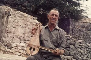 Rijeka dubrovačka i Osojnik, 1962.: svirači s instrumentima, kazivači i panorama: Stijepo Tomaš svira u lijericu
