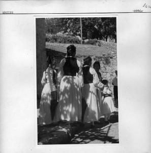 Grupa djevojaka u narodnim nošnjama.
