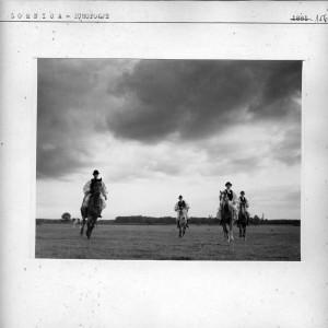 Seljaci u narodnim nošnjama na konjima.