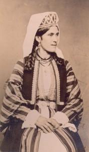Fotografije nošnji. Hercegovka, viši društveni sloj, u odjeći od svile.