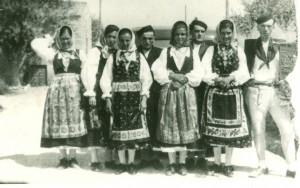 Grupa seljaka u narodnim nošnjama